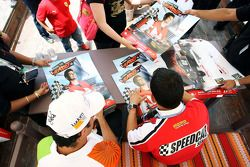 Vitantonio Liuzzi, UP Team et Gianni Morbidelli signent des autographes pour les fans