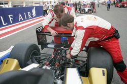 Les mécaniciens du GFH Team iSport travaillent sur la grille sur la monoplace de Hamad Al Fardan ava