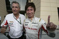 Kamui Kobayashi célèbre son titre de champion 2009 de GP2 Asia avec le directeur général de DAMS Jean-Paul Driot