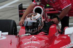 Scott Dixon, Target Chip Ganassi Racing gets into his car