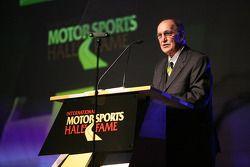 Le Vice Président de la communication de le NASCAR Jim Hunter introduit l'ancien pilote de NASCAR Sp