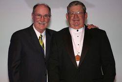 Le Vice Président de la communication de le NASCAR Jim Hunter offre une médaille à l'ancien pilote d