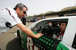 Beat Zehnder, team manager de BMW Sauber, avec Heinz-Harald Frentzen, Team Lavaggi, sur la grille