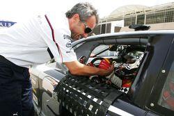 Beat Zehnder, team manager du BMW Sauber F1 Team avec Jean Alesi, HPR, sur la grille