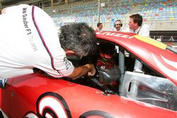 Beat Zehnder, team manager BMW Sauber F1 Team avec Vitantonio Liuzzi, UP Team, sur la grille