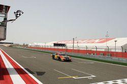 Le vainqueur Johnny Herbert, JMB, franchit la ligne d'arrivée à la fin de la course