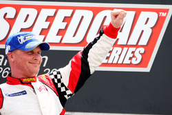 Le vainqueur Johnny Herbert, JMB, célèbre sur le podium