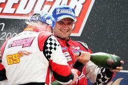 Le vainqueur Johnny Herbert, JMB, fête sa victoire sur le podium avec le troisième Vitantonio Liuzzi, UP Team