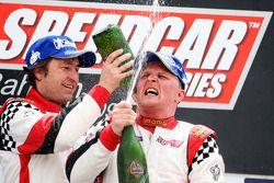 Le deuxième Heinz-Harald Frentzen, Team Lavaggi, fête sur le podium avec le vainqueur Johnny Herbert