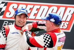 Le deuxième Heinz-Harald Frentzen, Team Lavaggi, fête sur le podium avec le vainqueur Johnny Herbert, JMB