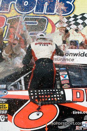 Victory lane : le vainqueur David Ragan célèbre