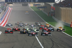 Start: Timo Glock, Toyota F1 Team ve Jarno Trulli, Toyota Racing lead field