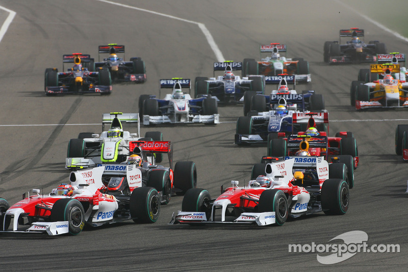 Start: Timo Glock, Toyota F1 Team ve Jarno Trulli, Toyota Racing lead field