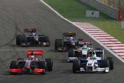 Heikki Kovalainen, McLaren Mercedes and Nick Heidfeld, BMW Sauber F1 Team with a brigen front wing