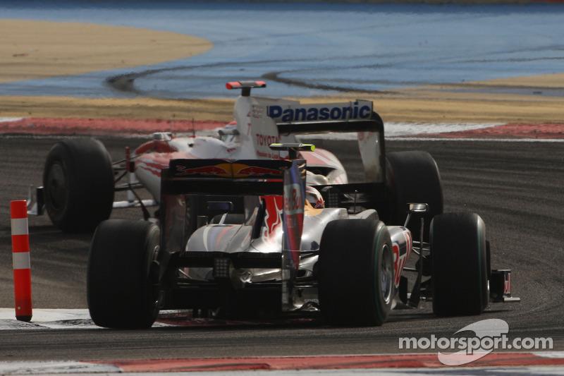 Феттелю же дорого обошлись секунды, потерянные в дебюте позади Хэмилтона – Себ смог переиграть за счет поздней остановки самого гонщика McLaren, но уперся в Трулли, не имея возможности провести обгон. Льюис держался следом