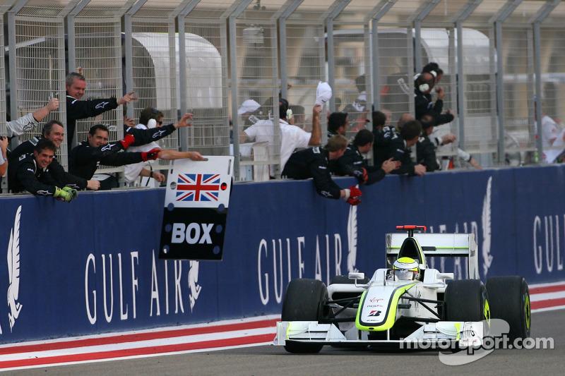 Yarış galibi Jenson Button, Brawn GP kutlama yapıyor