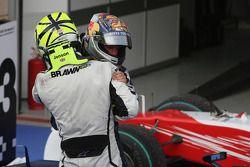 Yarış galibi Jenson Button, Brawn GP kutlama yapıyor ve Sebastian Vettel, Red Bull Racing