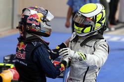 Победитель гонки Дженсон Баттон, Brawn GP, и Себастьян Феттель, Red Bull Racing