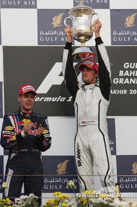 Podio: ganador de la carrera Jenson Button, Brawn GP, segundo lugar Sebastian Vettel