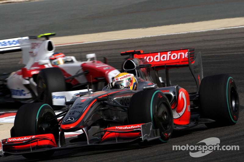 Lewis Hamilton, McLaren Mercedes lidera a Timo Glock, Toyota F1 Team