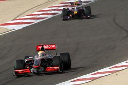 Lewis Hamilton, McLaren Mercedes lidera a Sebastian Vettel, Red Bull Racing