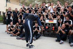 Red Bull Racing celebration: Sebastian Vettel kutlama yapıyor 2. finish ve Christian Horner ve Red B