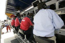 L'équipe Arden regarde le spectacle depuis le mur des stands