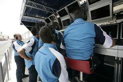 L'équipe Durango regarde le spectacle depuis le mur des stands
