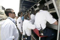 L'équipe Trident regarde le spectacle depuis le mur des stands