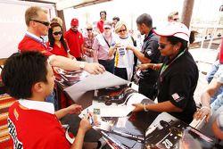 Johnny Herbert, JMB et Marchy Lee, HPR, signent des autographes pour les fans