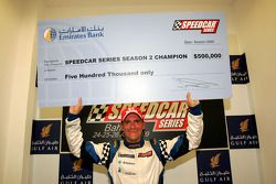 Le champion des Speedcar Series Gianni Morbidelli, Palm Beach avec son chèque