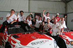 Le vainqueur Vitantonio Liuzzi, UP Team et Hasher Al Maktoum, UP Team fêtent avec leur équipe