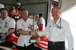 L'équipe UP célèbre son triplé avec le directeur des opérations des Speedcar Series Claudio Berro