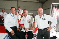 L'équipe UP célèbre avec Luciano Secchi, WIND Group et le directeur des opérations des Speedcar Series Claudio Berro