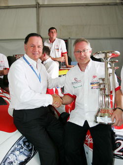 L'équipe UP célèbre avec le directeur des opérations des Speedcar Series Claudio Berro