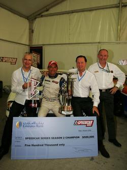 Gianni Morbidelli, Palm Beach, célèbre son succès au championnat avec Simon Azzam, CEO Union Propert