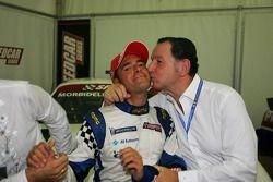 Gianni Morbidelli, Palm Beach, célèbre son succès au championnat avec le directeur des opérations des Speedcar Series Claudio Berro