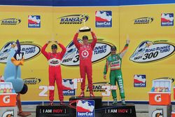 Podium: race winner Scott Dixon, Target Chip Ganassi Racing, second place Helio Castroneves, Team Pe