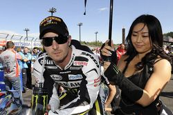 Colin Edwards, Monster Yamaha Tech 3 con su chica de paraguas