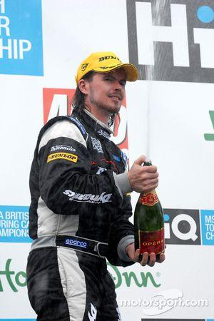 James Thompson sabre le champagne