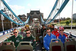 Les pilotes d'A1GP Adam Carroll (Irlande), Niall Quinn (Irlande), Aaron Steele, rookie (Grande Bretagne) et Dan Clarke (Grande Bretagne) font un tour à Londres