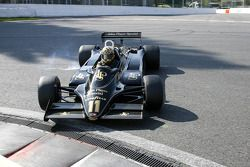 Spinning stage, #11 Dan Collins (GB) Lotus 91-10, Classic Team Lotus (1982)