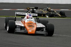 #39 Andy Meyrick (GB) Arrows A5-1, AMR Racing (1982); #11 Dan Collins (GB) Lotus 91-10, Classic Team Lotus (1982)