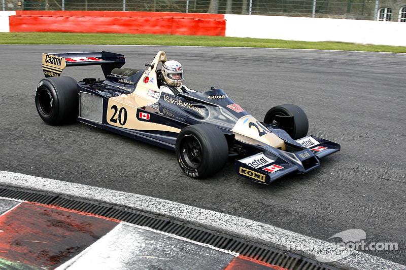 Jody Scheckter Wolf WR1-ese egy 2009-es bemutatón