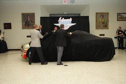 500 Miles d'Indianapolis 2009, présentation de la Chevrolet Camaro pace car pour 2010 : les vainqueurs de l'Indy 500 Al Unser Jr., Johnny Rutherford, Eddie Cheever et le président de l'IMS Joie Chitwood dévoilent la Chevrolet Camaro