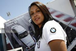 Une demoiselle BMW dans le paddock