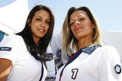 Jeunes femmes BMW dans le paddock