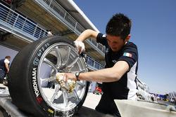 Un mécanicien du BMW Team Italy-Spain nettoie les pneus