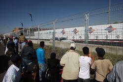 Les spectateurs regardent Jorg Muller, BMW Team Germany, BMW 320si