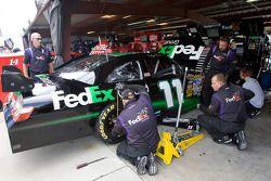 L'équipage de Fed Ex font des ajustements sur la voiture